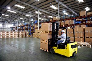 curatenie in depozit: muncitor manevrand cutii